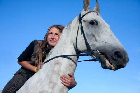 affetto: Una giovane donna con il suo bellissimo cavallo Archivio Fotografico