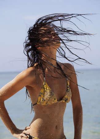 yellow bikini: Giovane bella donna in un bikini giallo sulla spiaggia Archivio Fotografico