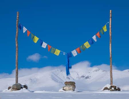 cielo azul: Buddha prayer flags against the blue sky