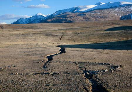 grieta del terremoto en las montañas
