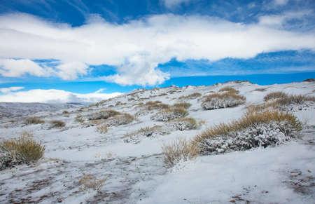 alpine toendra winter dag op een achtergrond van blauwe hemel