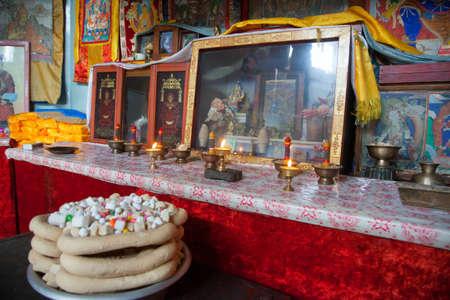 L'intérieur est un petit temple bouddhiste mongol au milieu du désert