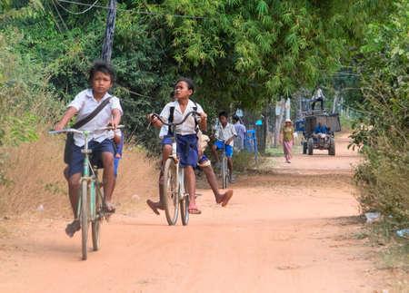 프놈펜, 캄보디아 -2005 년 1 월 5 일 : 캄보디아 어린이들은 학교에서 학교 수업을 듣는 학생들입니다.