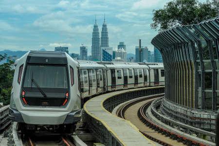 Kuala Lumpur 20 décembre 2016. Un train de masse rapide (MRT) fonctionne pendant l'ouverture au public de la ligne MRT à Sungai Buloh