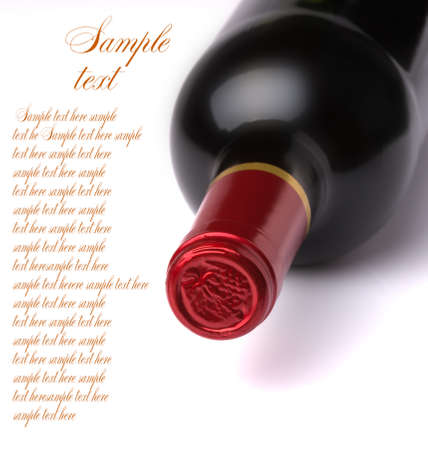 tomando vino: botella de vino aislada sobre fondo blanco