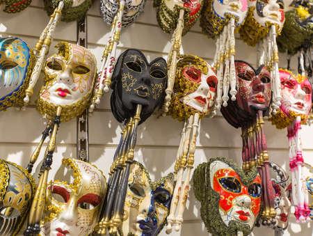 illicit: VENEZIA, ITALIA - 26 GIUGNO 2014: Maschere sono stati indossati a Venezia per mascherare lo indossa da attivit� illecite: il gioco d'azzardo, balli, relazioni clandestine o addirittura assegnazione politico.