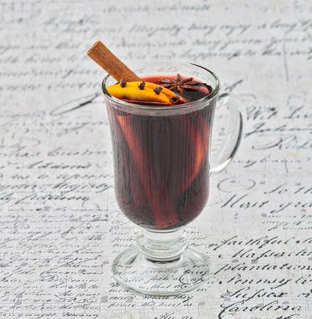 vin chaud: Coupe de vin chaud aux �pices sur fond blanc