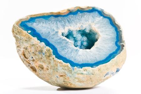 pietre preziose: blu brillante pezzo di agata con foro sul fondo bianco Archivio Fotografico