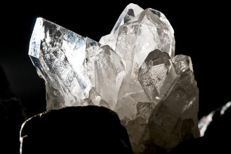 pietre preziose: bianco splendente roccia della montagna cristallo al quarzo su fondo nero Archivio Fotografico