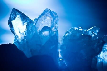 piedras preciosas: blanco, azul brillante roca de la monta�a de cuarzo crystall Foto de archivo