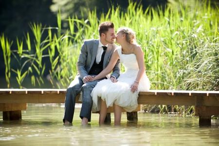 bruid en bruidegom in de natuur prullenbak de jurk Stockfoto