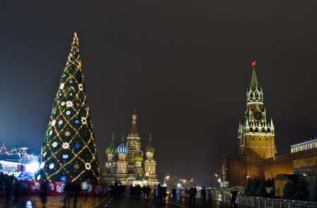 Moscú, Rusia - 14 de diciembre de 2011: árbol de Navidad en la Plaza Roja, en torno a la torre Spasskaya del Kremlin y la intercesión de San Basilio (Pokrovskiy) catedral.