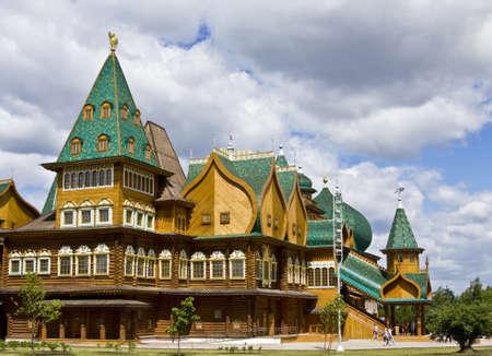 palacio ruso: Mosc�, Rusia, 04 de junio 2011: palacio de madera de los reyes rusos en la mansi�n Kolomenskoye, siglo 16