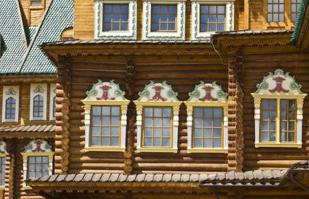 palacio ruso: Mosc�, Rusia - Junio ??04, 2011: palacio de madera de los reyes rusos en la mansi�n Kolomenskoye, siglo 16, la reconstrucci�n, ventanas. Foto de archivo