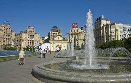 angel de la independencia: Kiev, Ucrania - May 06, 2012: plaza de la Independencia con fuentes y esculturas del �ngel - s�mbolo del pa�s, y la escultura de la pelota de f�tbol con gran publicidad de los
