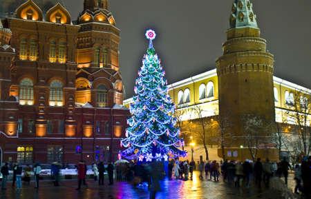 kremlin: Moskou, Rusland - januari 09, 2012: Kerstboom op Manezhnaya plein, historisch museum en het Kremlin toren.