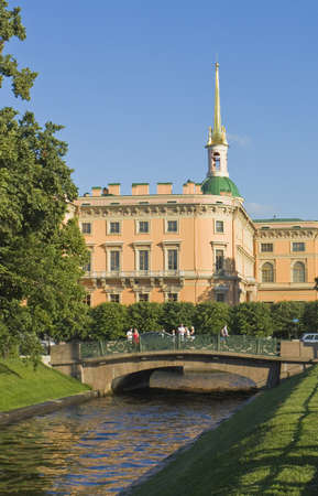 S�o Petersburgo, R�ssia - 10 de julho de 2012: Mikhaylovskiy castelo Engenharia, 1.797-1.801, pessoas n�o identificadas na rua. Editorial