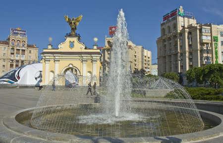 angel de la independencia: Kiev, Ucrania - May 06, 2012: plaza de la Independencia con fuentes. Editorial