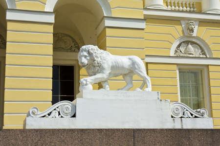 palacio ruso: San Petersburgo, Rusia - 02 de julio 2012: Le�n de piedra cerca de museo ruso (palacio de Michael)