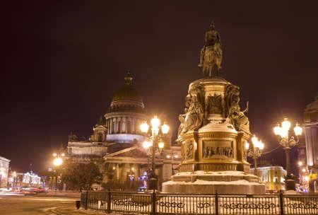 St. Petersburg, Russland, Kathedrale von St. Isaak (Isaakievskiy) und Denkmal zum König Nikolay ich nachts. Editorial