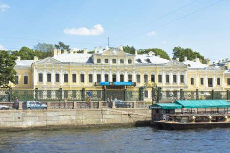 St. Petersburg, Russia - 12 jul 2012: Fontan casa (pal�cio do conde Sheremetyev), 1730 no cais de rio Fontanka, agora utilizada como museu literatura da poetisa Anna Akhmatova e museu Musical.