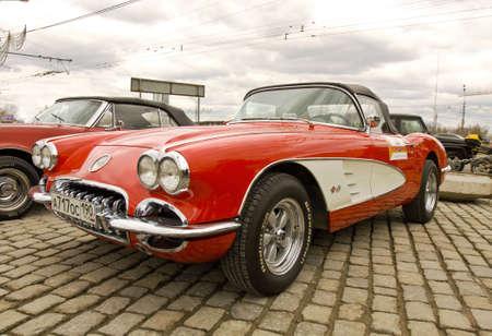 MOSCOU - 21 de abril: Carro retro Chevrolet Corvette em rali de carros cl