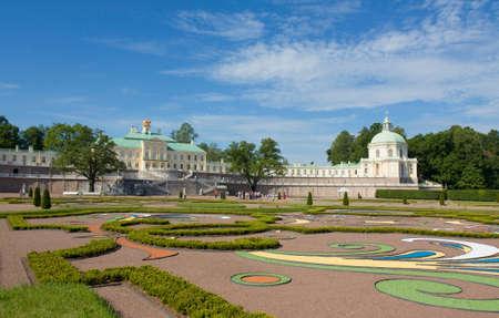 palacio ruso: ORANIENBAUM, Rusia - 08 de julio palacio en la mansi�n de los reyes rusos Oranienbaum, 08 de julio del 2012, en la ciudad Lomonosov en alrededores de San Petersburgo, Rusia, construido en 1711 Editorial