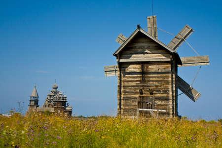 Igrejas de madeira velhas e moinhos de vento na ilha de Kizhi no lago Onega Onezhskoye na R