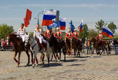 cavalryman: MOSC� - 09 de mayo 2014: espect�culo de la caballer�a en la colina Poklonnaya memorial dedicado a las vacaciones de la Victoria d�a de la victoria en la Segunda Guerra Mundial, los participantes Presidente regimiento de caballer�a y de la escuela de caballer�a Kremlin. Editorial