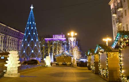 MOSCOU - 28 de dezembro de 2013 da �rvore de Natal e mercado de Natal na rua Tverskaya Editorial