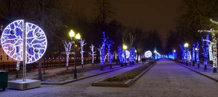 MOSCOVO - JANEIRO 03, 3014: Chistoprudniy boulevard (Chistiye Prudi) iluminado para feriados de Natal e Ano Novo Editorial