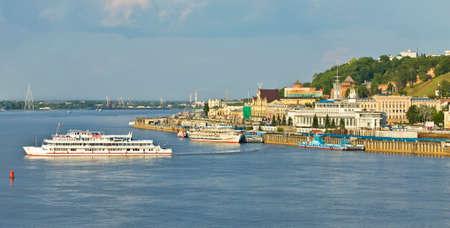 edad media: Nizhny N�vgorod, Rusia - 03 de junio 2013: puerto fluvial sobre el Volga, ha sido construido en 1967, y la edad media fortaleza del Kremlin, de 16 de siglo.