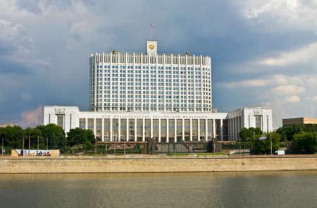 casa blanca: MOSC� - 23 de mayo 2010: Casa de la Rusa casa Gobierno ruso blanco, ha sido construido en 1979.