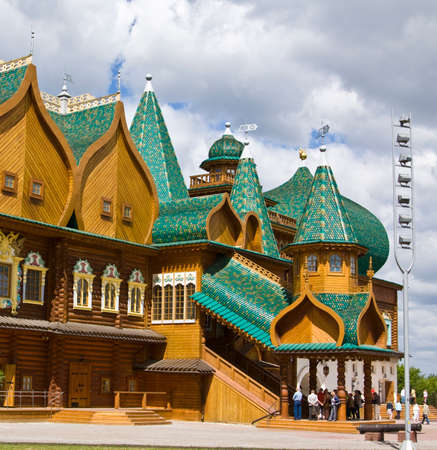 palacio ruso: MOSCOW - JUNE 04, 2011: wooden palace of Russian kings in Kolomenskoye, has been built in 16 century, reconstructed in 2010 year.