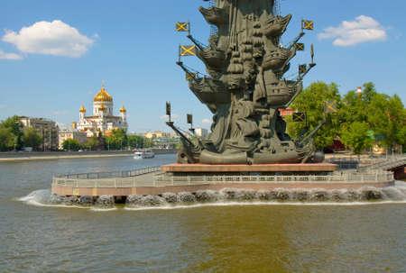 part of me: MOSCÚ - 23 de mayo de 2014: parte del monumento del rey Pedro I el Grande y la catedral de Cristo Salvador,