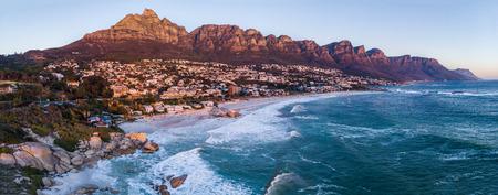 Luftbild auf Camps Bay bei Sonnenuntergang Standard-Bild