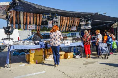 Mercado callejero en Madrid, España. Las mujeres están comprando en un establo. Foto de archivo - 87506568