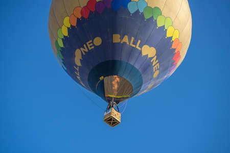 Ein Heißluftballon, der beginnt, sich vor dem königlichen Palast Aranjuez, Madrid, im September 2017 zu entfernen