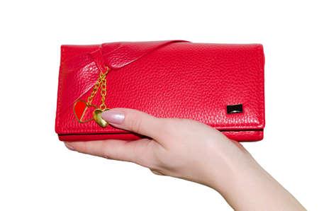 Borsa rossa in una mano femminile isolato su sfondo bianco.
