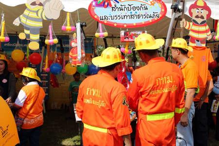 under fire: Bangkok, Tailandia - 9 Ene 2016: bombero en el D�a Nacional de Ni�os de Tailandia En Wachira Benchathat parque p�blico