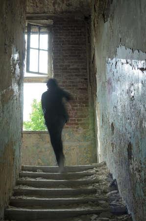 asustado: sola persona caminando en ruinas Foto de archivo