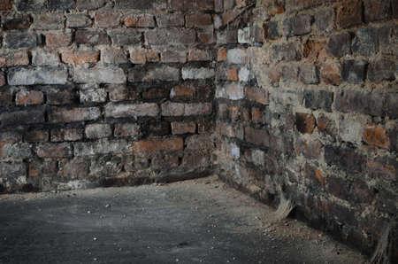 oude bakstenen muur in de kelder
