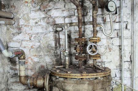 Oude verouderde verwarmingsinstallatie in boiler Stockfoto - 28119302