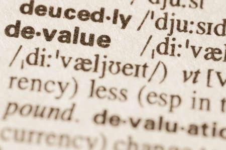 definicion: Definici�n de la palabra en el diccionario de devaluar Foto de archivo