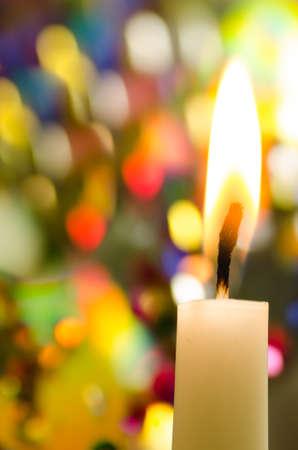 kerze: Weihnachtskerze über bunte Lichter Hintergrund Lizenzfreie Bilder
