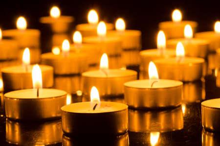 candela: Primo piano di candele accese nelle tenebre Archivio Fotografico
