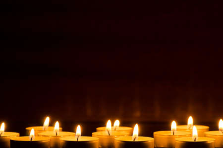Agrandi de bougies dans l'obscurité Banque d'images - 48016624