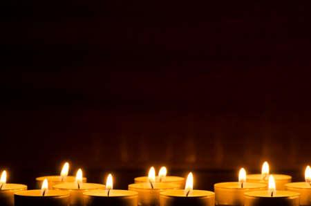 close-up tot het branden van kaarsen in het donker Stockfoto