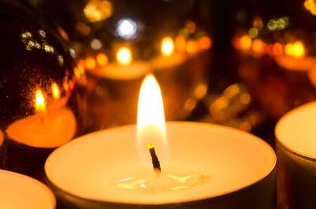kerze: Weihnachten Kerzen und Kugeln Stillleben