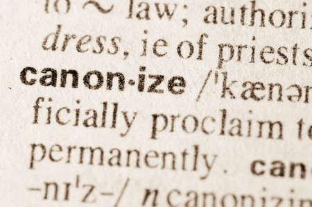 definición: Definición de la palabra en el diccionario de canonizar Foto de archivo